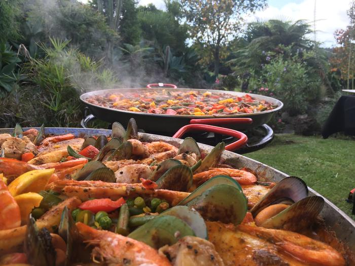 Mobile Paella Catering for weddings, parties and corporate events. Auckland, New Zealand http://www.talentonline.co.nz/database/mobile-paella-pan-catering.html