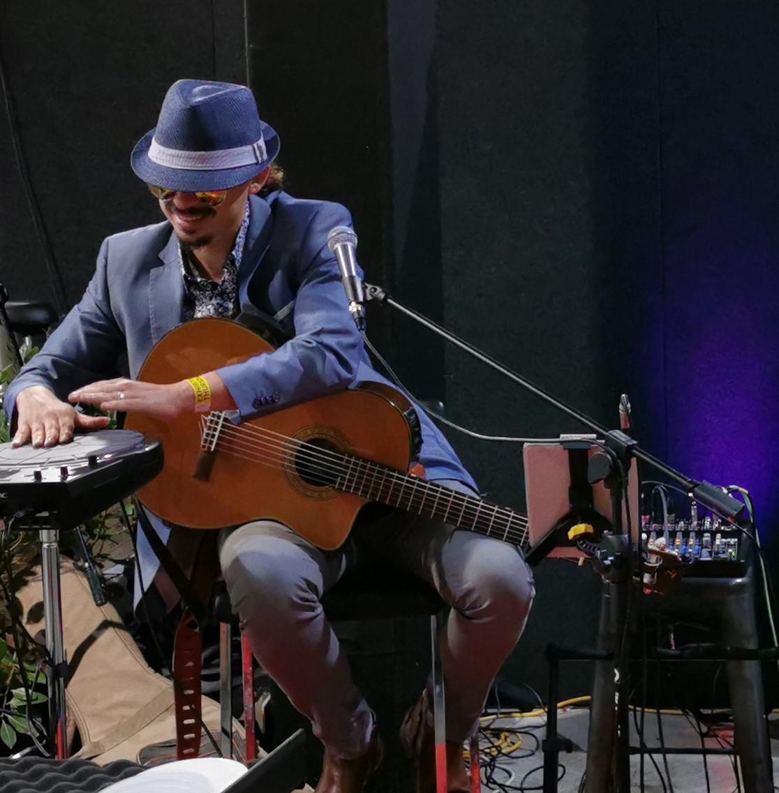Ricky de Medeiros Latin Guitar Player